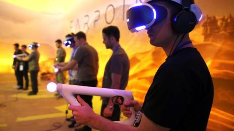 Besucher spielen Farpoint mit der Sony PlayStation VR auf der Electronic Entertainment Expo (E3) in Los Angeles.
