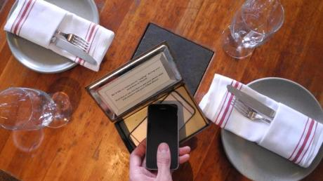 Der Inhaber des Restaurants Hearth möchte seine Gäste anregen, während des Essens auf ihr Handy zu verzichten, und stellt zur Verwahrung des Geräts eine Schatulle bereit.