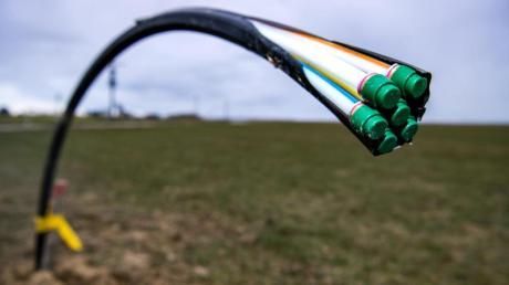Ein Leerrohr für Glasfaser auf einem Acker. So verlegte die oberbayerische Gemeinde Halsbach ihre Glasfaserkabel - und sparte damit Kosten.