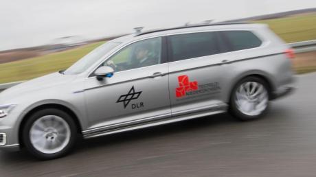 Auf dem Weg zum automatisierten Fahren werden auf einem neuen Testfeld bei Braunschweig vernetzte Autos erprobt.