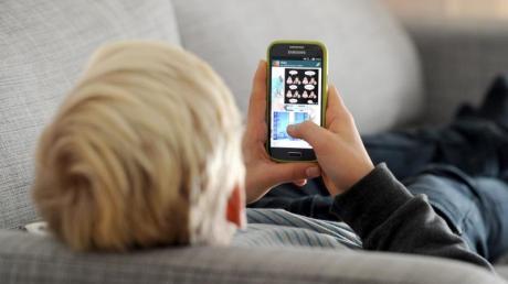 55 Prozent der Eltern berichten in einer Umfrage von schlechten Erfahrungen ihrer Kinder im Netz oder von übermäßiger Nutzung.
