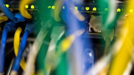 Netzwerkkabel in einem Serverraum: Ein wichtiger EU-Gutachter hält die weitreichende Vorratsdatenspeicherung für unvereinbar mit EU-Recht.