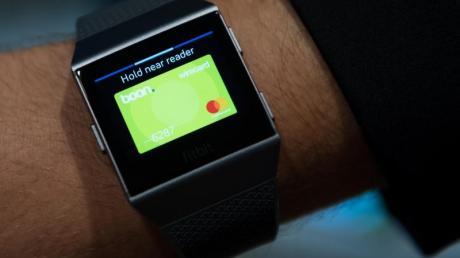 Ein Anbieter für kontaktloses Bezahlen mit der Smartwatch ist Wirecard. Auch Dienste wie Google Pay oder Apple Pay machen viele Uhren zum Bezahlmittel.