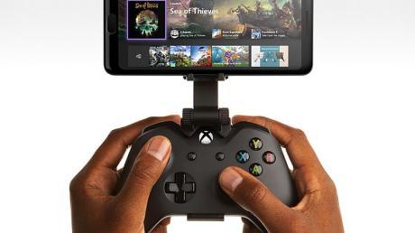 Zocken am Handy:Eine Halterung, die Xbox-Controller und Smartphone verbindet, ist zwar zum Spielen nicht unbedingt erforderlich, aber sehr komfortabel.