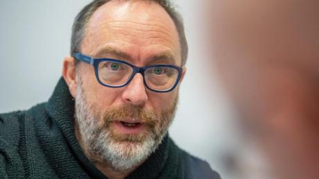 Jimmy Wales, Mitbegründer der Online-Enzyklopädie Wikipedia, spricht während der Innovationskonferenz DLD (Digital Life Design) im Interview mit der dpa.