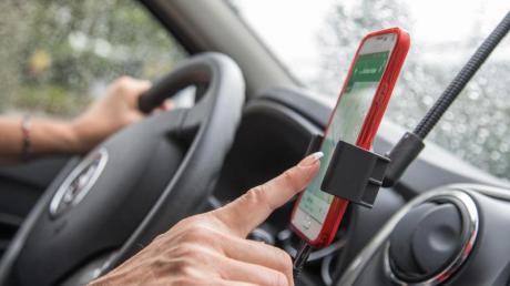 Wird die Navi-App im Auto genutzt, sollte das Smartphone lieber in einer passenden Halterung stecken.
