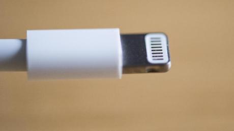 Ladekabel eines iPhones: Das Europaparlament will, dass Hersteller einheitliche Ladesysteme für Handys, Tablets, E-Book-Reader und andere ähnliche Geräte anbieten.