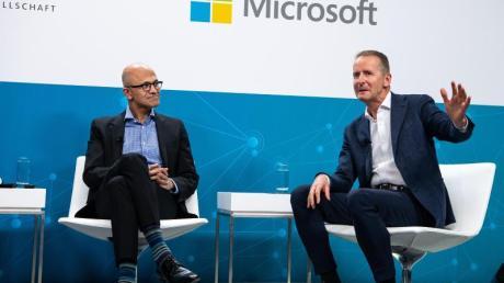 Bauen ihre strategische Partnerschaft aus: VW-Chef Herbert Diess (r) und Microsoft-CEO Satya Nadella.