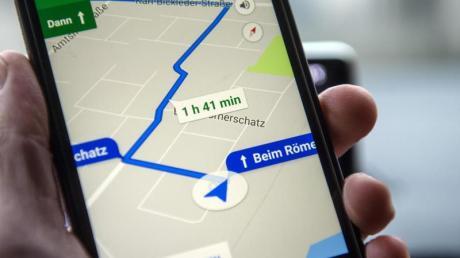 Google Maps zeigt eine Route auf dem Schirm eines Smartphones.