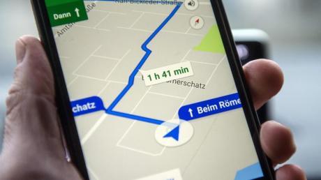 Die Navigationssoftware Google Maps läuft auf einem Smartphone.