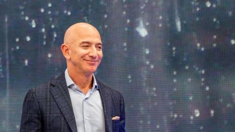 Jeff Bezos, Chef von Amazon hat gegen seinen Rivalen Microsoft in einem erbitterten Streit um die Auftragsvergabe des Pentagon einen Teilerfolg verbucht.