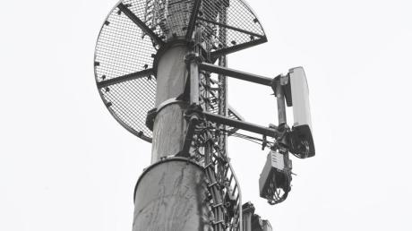 Mobilfunkantennen den Mobilfunkstandard 5G sind an einem Mobilfunkmast angebracht.