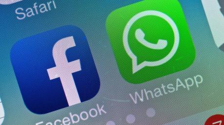 Das Logo von Facebook neben dem von WhatsApp auf einem Smartphone. Falschinformationen zum Coronavirus sollen auf der Plattform konsequent gelöscht werden.