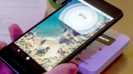 Google Pay (Bild) bietet neben dem Bezahlen nicht so viele Funktionen rund um Tickets wie Apple Wallet.