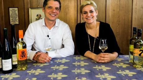 Das Winzerpaar Franz und Esther Melsheimer vom Klosterhof Siebenborn verschicken an interessierte Kunden Pakete mit 13 Weinen in Viertelliter-Fläschchen plus ein Video, das sie eigens gedreht haben mit Erklärungen zu den verschiedenen Weinen. Andere Winzer verschicken Weine und verabreden sich virtuell zu einer bestimmten Uhrzeit mit der Kundschaft.