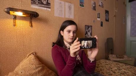Luna Cruz Perez als Anne Frank in einer Szene aus dem Video-Tagebuch.