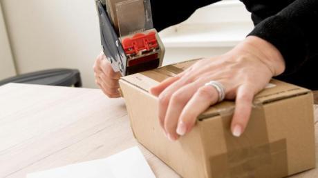 Einpacken, wegschicken - das geht jetzt bei vielen Onlinehändlern auch länger als die üblichen 14 Tage.