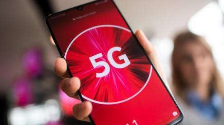 Mit einem 5G-tauglichen Smartphone können nach Angaben von Vodafone-Technikchef Gerhard Mack Übertragungsgeschwindigkeiten von bis zu 200 Megabit pro Sekunde erzielt werden.