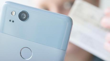 Personalausweis ans Handy halten, fertig. Mit dem neuen E-Perso können jetzt Prepaid-SIM-Karten von Vodafone aktiviert werden.