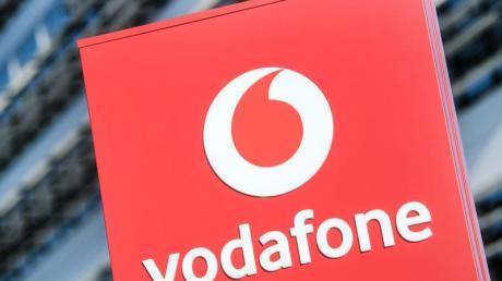 Das Vodafone-Logo steht vor der Vodafone-Deutschland-Zentrale.