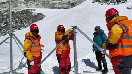 Mitarbeiter von China Mobile errichten in der Nähe des Basislagers des Berges Qomolangma eine 5G-Basisstation.
