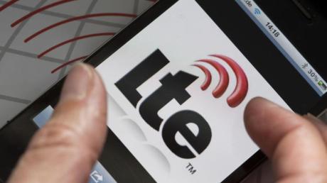 Auf dem Display eines Smartphones ist das Logo des schnellen Datendienstes LTE zu sehen.