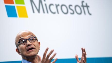 Microsoft-Chef Satya Nadella ist für die Entwicklerkonferenz Build diesmal allein in einem Büro.