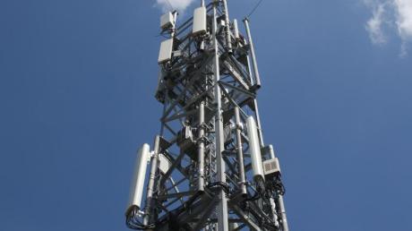 Ein Mobilfunkmast in Berlin. Für die großen öffentlichen Netze haben Provider 6,6 Milliarden Euro in einer Auktion von 5G-Frequenzen ausgegeben.