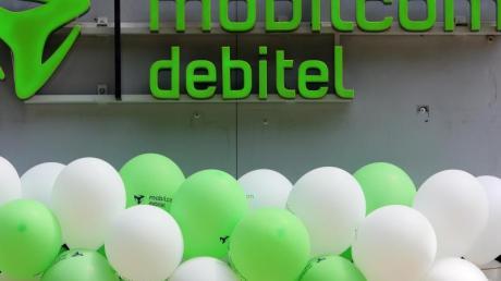 Das Logo des Mobilfunk- und Internetproviders mobilcom-debitel an einer Filiale in Düsseldorf.