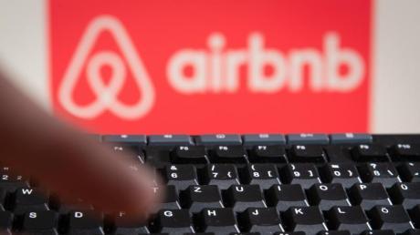 Vorsicht bei vermeintlich günstigen Wohnungsangeboten: Die Polizei warnt vor einer Betrugsmasche mit Fake-Webseiten, die der Wohnungsplattform Airbnb nachempfunden sind. Betroffene sollten am besten den echten Airbnb-Support kontaktieren und die Zugangsdaten ändern.