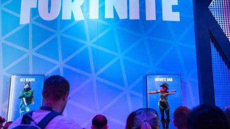 Besucher stehen 2019 auf der Spielemesse Gamescom am Stand von facebook Gaming an, um das Spiel «Fortnite» zu spielen.