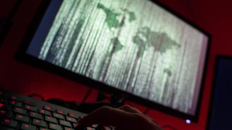 Die Polizei warnt vor Betrügern im Internet.
