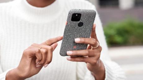 Eine Frau hält ein Pixel-Smartphone von Google in den Händen.