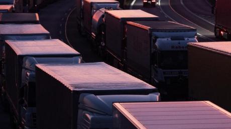 Trucker-Romantik: Einsame Könige der Landstraße? Ob das so ist, fragt ein neues Projekt der Donau-Akademie.