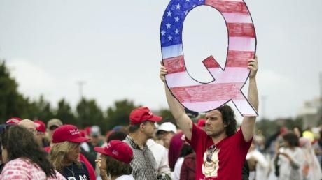 Die zentrale Behauptung der QAnon-Anhänger ist, dass es eine Verschwörung gegen US-Präsident Donald Trump in den tieferen Schichten des US-Regierungsapparats gebe.