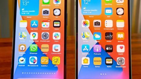 Das iPhone 12 (rechts) und iPhone 12 Pro (links) sehen von vorne quasi identisch aus. Beide Geräte unterstützen 5G-Mobilfunknetze, die aber nicht flächendeckend verfügbar sind.