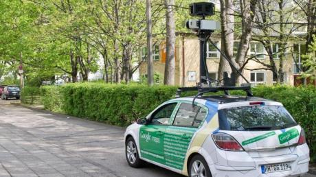 Ein Kameraauto des Internetdiensteanbieters Google fährt durch Berlin.