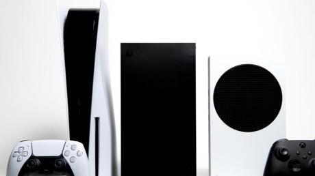 Generationen-Treffen: Die Spielkonsolen Xbox Series S und Series X von Microsoft und ganz links die Playstation 5 von Sony.