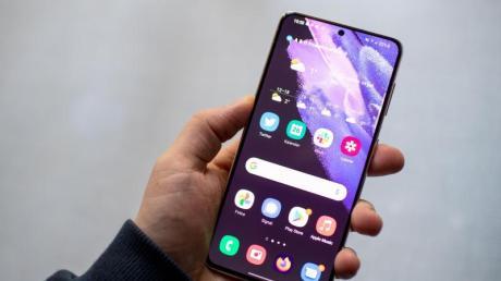 Großes Display, kleiner Rand, kleines Loch für die Kamera: Von vorne ähneln Samsungs Galaxy S21 vielen aktuellen Android-Smartphones.