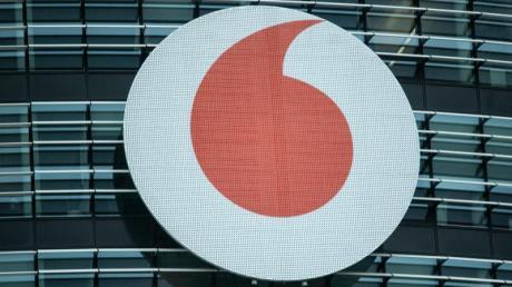 Das Vodafone-Logo ist an der Fassade der Firmenzentrale in Düsseldorf.