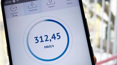 5G-fähige Smartphones gibt es schon ab knapp 230 Euro, wie hier das Moto X 5G von Motorola. Allerdings können nicht alle Modelle auch alle in Deutschland genutzten 5G-Modi realisieren.