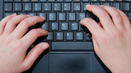 Mit dem Gesetz soll verhindert werden, dass Kinder und Jugendliche im Netz gemobbt, belästigt oder durch Kostenfallen abgezockt werden.
