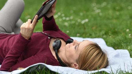 Leicht und kontraststark: E-Book-Reader lassen sich auch im hellen Sonnenlicht wie ein gedrucktes Buch lesen.