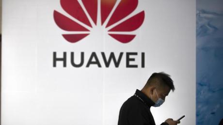 Smartphone-Verkäufe des chinesischen Huawei-Konzerns sind als Folge der US-Sanktionen nach Berechnungen von Marktforschern um gut 60 Prozent eingebrochen.