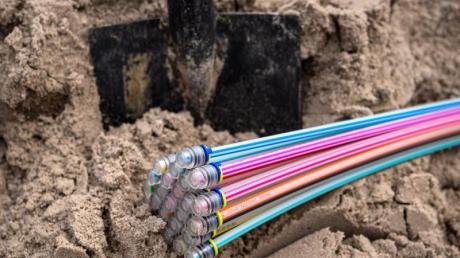 Beim Hybrid-Fiber-Coax-Netz (HFC) werden Glasfaser und dann TV-Kabel genutzt, bei «Fiber to the Home» (FTTH) führt Glasfaser bis in die Wohnung.