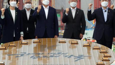 «Halbleiter-Machtzentrum bis 2030»: Staatspräsident Moon Jae In (M) besucht den Samsung-Produktionsstandort in Pyeongtaek.