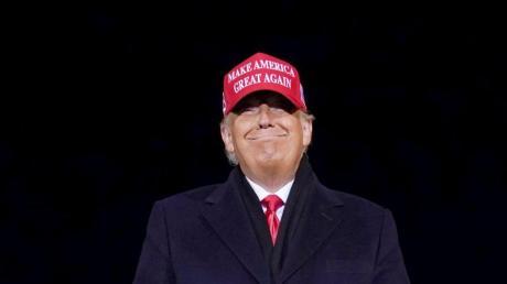 Donald Trump lächelt nach einer Wahlkampfkundgebung. Der frühere US-Präsident Donald Trump hat die Sperre des Kurznachrichtendienstes Twitter in Nigeria begrüßt.