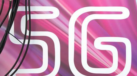 Antennenkabel verlaufen vor dem Schriftzug «5G».
