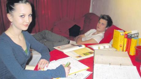 Während Laura Menzel fleißig über ihren Büchern sitzt und sich für den nächsten Tag vorbereitet, macht es sich ihr Bruder Max auf dem Sofa gemütlich. Dabei beginnt bei ihm in ein paar Wochen das Abi, während Laura noch zwei Jahre Zeit hat.