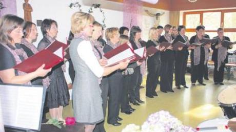Das Bissinger Vocalensemble bei seinem Konzert zum zehnjährigen Bestehen im eindrucksvoll geschmückten Pfarrsaal.